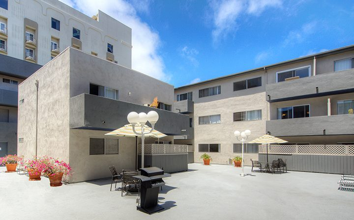 Outdoor BBQ area with grill at the Bay on 6th community, apartments in Santa Monica