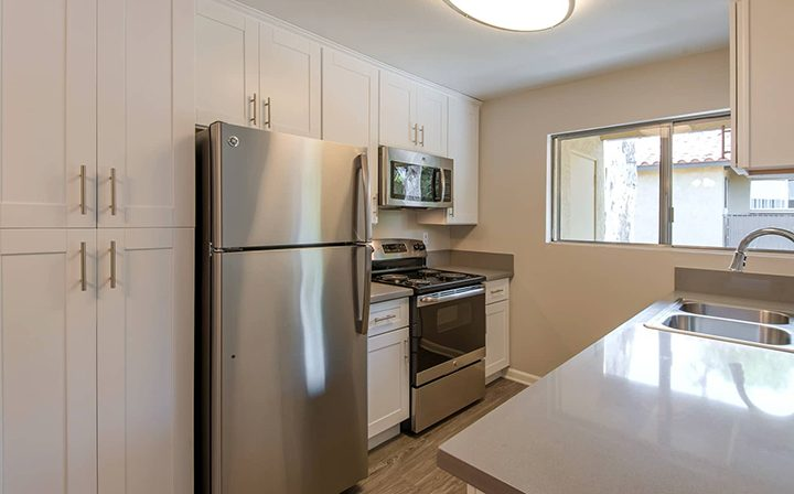 Unfurnished kitchen with white cabinets at the Thousand Oaks apartments community Los Robles