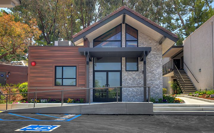 Parking lot and clubhouse exterior at Los Robles, apartments in Thousand Oaks