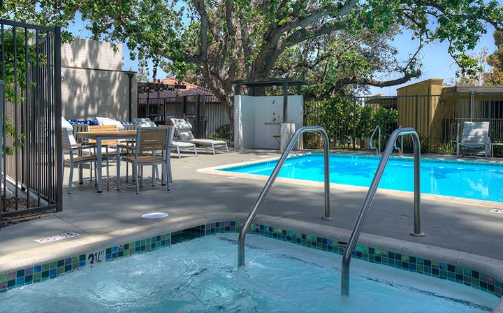 Hot tub spa next to pool at the Thousand Oaks apartments community Los Robles