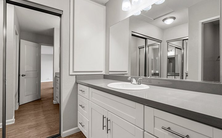 Bright unfurnished bathroom in 1-bedroom unit at the Thousand Oaks apartments community Los Robles