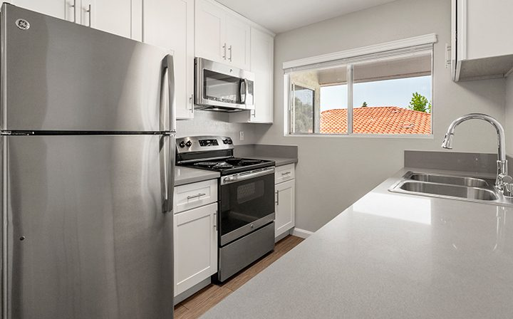 Bright unfurnished kitchen in 1-bedroom unit at the Thousand Oaks apartments community Los Robles