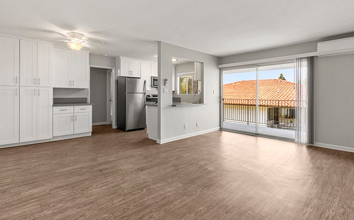 Wood floors and kitchen/living room 1x1 combo at the Thousand Oaks apartments community Los Robles