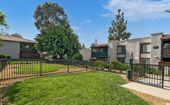 Enclosed dog park area with grass at Los Robles, apartments in Thousand Oaks
