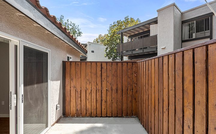 Patio outside a 1-bedroom unit at the Thousand Oaks apartments community Los Robles