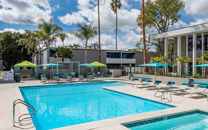 Large rectangular pool and spa on sunny day at The Retreat at Thousand Oaks apartments